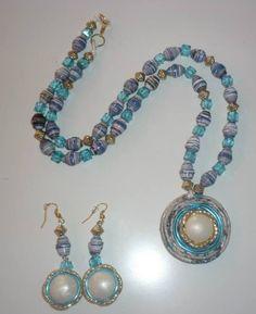 Collar con medallon hecho de periodico y botones.Cuentas de papel de revista color original By SYL