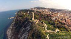 http://www.hotelsinmarche.com/ancona #Ancona capoluogo di Regione: Affacciata sul #mare #Adriatico, possiede uno dei maggiori porti italiani. #Città d'arte ricca di monumenti e con 2.400 anni di storia, è uno dei principali centri economici della regione, oltre che suo principale centro urbano per dimensioni e popolazione.