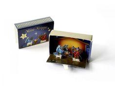 Mini-Krippe in der Streichholzschachtel (Miniature Nativity Scene) Nativity Scenes, Christmas Nativity Scene, Pop Up, Matchbox Crafts, Card Tags, Cards, Altered Tins, Paper Crafts, Diy Crafts