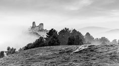 Misty morning at the Bathory castle by balazoviclubos Medieval Castle, Abandoned Buildings, Landscape Photos, Urban Decay, Mother Nature, Tourism, Vacation, Explore, Mountains