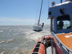 KNRM Reddingboot Watersport trekt een van de zeiljachten los. 2013
