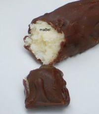 Prestigios Mezclar 2 tazas coco rallado con 1 taza leche condensada, hacer bolitas o barritas y bañar con chocolate.