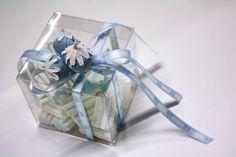 Scatola in plastica ripiena di #marshmallow con nastro celeste e  decorazione a forma di fragole.