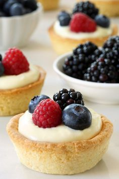 Berry Cookie Cups have a sugar cookie crust and a delicious white chocolate cream cheese filling. Recipe contains a gluten-free option. Berry season is in full swing and I'm so, so excited. Köstliche Desserts, Summer Desserts, Delicious Desserts, Dessert Recipes, Yummy Food, Pillsbury Sugar Cookies, Sugar Cookie Cups, Baking Recipes, Cookie Recipes