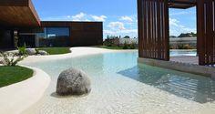 Imaginate tener su propia playa con dunas de arenas y palmera justo en tu jardin. Esto lo pudes lograr con Las Piscinas de Arena, un nuevo concepto en la construccion de piscinas con un especial acabado de arena,