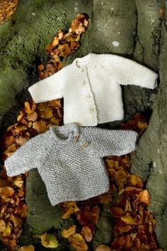 Bluse eller Trøje i Perlestrik/ Retstrik The Pattern includes both a sweater and a cardigan, sizes years. Baby Boy Knitting, Knitting For Kids, Easy Knitting, Knitting Projects, Sweater Knitting Patterns, Cardigan Pattern, Sweater Cardigan, Brei Baby, Baby Barn