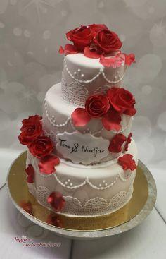 Kleine Hochzeitstorte in cremerot Creme, Desserts, Food, Petite Wedding Cakes, Tailgate Desserts, Deserts, Meals, Dessert, Yemek