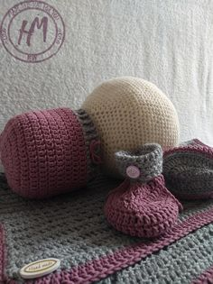 #hmreny BaBy set, baby blanket, baby boots, baby hat... Lovely babygirl set :) Baby Set, Baby Boots, Knitted Hats, Beanie, Knitting, How To Make, Tricot, Knit Caps, Cast On Knitting