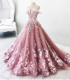"""226 Me gusta, 19 comentarios - CROWN HUNTERS (CH) (@crownhunters) en Instagram: """". DREAM GOWNS .. Gaun-gaun impian ini menjadi pilihan mimin untuk inspirasi evening gown beauty…"""""""