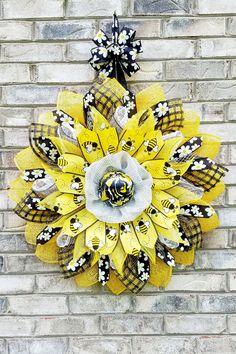 Burlap Flower Wreaths, Diy Wreath, Mesh Wreaths, Burlap Wreath, Floral Wreaths, Wreath Ideas, Bee Crafts, Handmade Tags, Bee Design