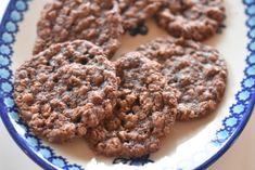 Chokoladecookies med smørcreme á la Oreo Low Sugar, Yummy Snacks, Oreo, Food And Drink, Low Carb, Cookies, Baking, Cake, Hairstyle