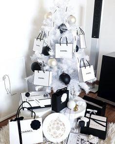 Luxury Christmas Decor, Black Christmas Trees, Creative Christmas Trees, Christmas Interiors, Christmas Couple, Christmas Tree Design, Beautiful Christmas Trees, Farmhouse Christmas Decor, Christmas Mantels