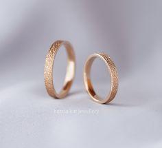 Dokulu, sade, modern ve zarif alyans. Rose altın. Farklı, tasarım alyans. Textured wedding rings, wedding bands.