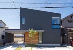 イエコト。さんはInstagramを利用しています:「施工例 『黒瀬の家』 ビルトインガレージが印象的なお家です。 #トランスデザイン #イエコト。 #トランスワークス #広島の注文住宅#設計事務所 #工務店…」 House Deck, Japanese House, Minimalist Home, Modern House Design, My Dream Home, Exterior Design, Building A House, Architecture Design, Cottage