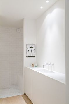 Light timber floor, marble, white tiles, white plaster large cabinets = lots of storage Bathroom Niche, Narrow Bathroom, Bathroom Trends, Bathroom Floor Tiles, Laundry In Bathroom, White Bathroom, Bathroom Interior, Modern Bathroom, Minimal Bathroom