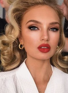 Red Lip Makeup Inspo - 5 Perfectly Timeless Red Lipstick Looks - Make Up 2019 Glam Makeup, Bridal Makeup Red Lips, Red Lips Makeup Look, Formal Makeup, Wedding Hair And Makeup, Makeup Inspo, Makeup Inspiration, Makeup Ideas, Red Lipstick Makeup Blonde