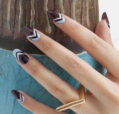 Nageldesign mit Zierstreifen - Weiß, Schokoladenbraun und Blau kombinieren