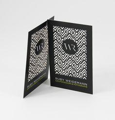 Elegant, emotional und ganz sicher ein Hingucker ist diese filigran gestanzte Visitenkarte für Ruby Weidemann aus München. Das Rautenmuster und die Initialen wurden mit unserem ... mehr lesen