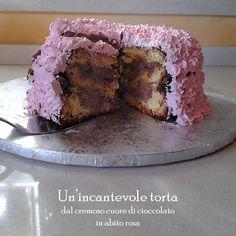 Per concludere in modo eccellente questa cena … Un'incantevole torta in abito rosa Ingredienti per il pan di spagna: 8 uova, 300gr di farina , 300 gr di  zucchero, vaniglia baccello Per la crema al cioccolato 3 Uova ,100gr di zucchero, 80 gr di farina, 300 gr di cioccolato Panna montata per guarnire