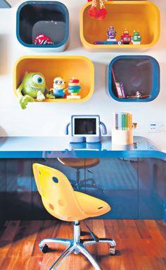 Nichos são ótimos aliados de quem gosta de mesclar organização e decoração. Têm a mesma função de uma prateleira: serve para expor objetos. A diferença é que os nichos, por possuírem diversos formatos, cores e estilos, por si só, decoram qualquer ambiente.