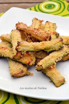 Zucchini with Parmesan for aperitif: 2 zucchini, 2 eggs, breadcrumbs, parmesan … Veggie Recipes, Vegetarian Recipes, Cooking Recipes, Healthy Recipes, Food In French, Vol Au Vent, Light Recipes, Food Inspiration, Love Food