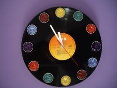 Relógio com cápsulas de café Nespresso Disco de Vinil 12 cápsulas de nespresso Ponteiros Máquina de relógio (colar atrás do disco) Dosette Nespresso, Recycled Cds, Crafts To Make, Diy Crafts, Cappuccino Machine, Coffee Pods, Diy Projects, Gifts, George Clooney
