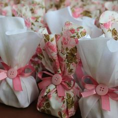 7 diy gift packing ideas that won't dent your pocket Creative Gift Wrapping, Creative Gifts, Diy Birthday, Birthday Parties, Decoration Buffet, Wedding Favors, Wedding Gifts, Baby Tea, Chocolate Wrapping