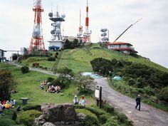 Armin Linke, Montagna con antenne, Kitakyushu, Giappone (2006)