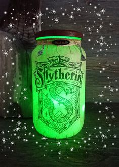 Handmade Harry Potter/ Slytherin's Hogwarts Crest Inspired Light jar/ Night light with battery operated wire fairy lights and charms. Décoration Harry Potter, Harry Potter Bedroom, Harry Potter Drawings, Harry Potter Houses, Harry Potter Birthday, Hogwarts Houses, Harry Potter Accesorios, Harry Potter Christmas Decorations, Imprimibles Harry Potter