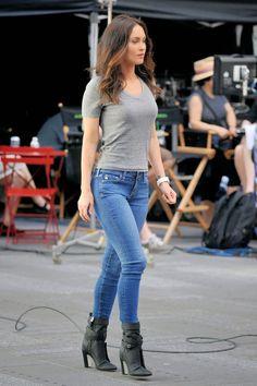 Megan Fox - Teenage Mutant Ninja Turtles 2 Set Photos - New York City, May Megan Fox Style, Outfits and Clothes. Megan Fox Sexy, Style Megan Fox, Megan Denise Fox, Megan Fox Outfits, Cute Outfits, Casual Chic, Sexy Jeans, Skinny Jeans, Blue Jeans