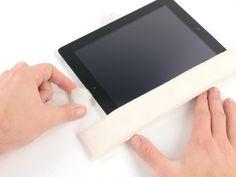 Schritt 19.2 - Falls der Klebstoff zu viel abkühlt, legen Sie den iOpener am oberen Rand des iPad und arbeiten weiter. Wenn die iOpener wieder erhitzt werden muss, stecken Sie es wieder in die Mikrowelle.  Falls das Plektrum am Kleber stecken bleiben sollte, wiederholen Sie Schritt 9 (rollen Sie das Plektrum)