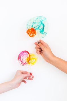 A little spiked lollipop never hurt anybody. How sweet is this DIY Spiked Lollipop Recipe ? Colorful, delicous, simple and so cute! Valentine Treats, Valentine Special, Valentines Day Party, Valentine Cupcakes, Liquor Lollipops, Lollipop Recipe, Japanese Candy, Japanese Desserts, Dessert Decoration