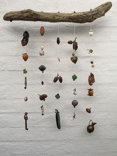 En pind med ting Find en gammel pind og hæng spøjse ting på: gamle smykker, nips fra sætterkassen og hvad som helst, du synes kunne få nyt liv......... det er ret sjovt - prøv det