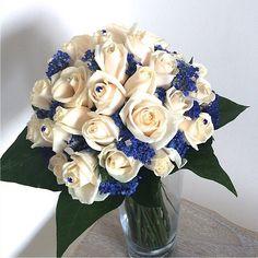 Ramo de novia de rosas vendela Con paniculata teñida de azul! Con fantasía en cristalería transparente y azul. #ramodenovia #bodastornasol #ramotornasol #asísímecaso #bodasvalencia #rosas #paniculata #deferenciatedelresto