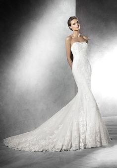 Mermaid styled wedding dress with sweetheart neckline and lace appliqué details I Style: PRIMAEL I by PRONOVIAS I http://knot.ly/6490B03BE