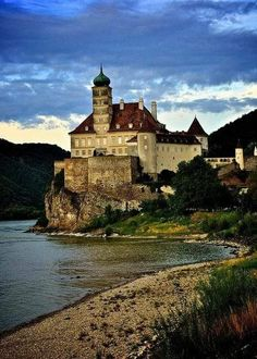 Schönbühel Castle on the Danube River / Austria. - It's a beautiful world Oh The Places You'll Go, Places To Visit, Chateau Moyen Age, Beautiful World, Beautiful Places, Wachau Valley, Europe Centrale, Danube River Cruise, European River Cruises