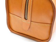 二本手ファスナーボストンバッグ(V-1)は革の変化が分かるシンプルなデザインの旅行鞄です。「HERZ(ヘルツ)公式通販」