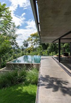 A modern house that has an infinity edge swimming pool that wraps around the corner. Ultra Modern Homes, Infinity Edge Pool, Concrete Pool, Rooftop Patio, Black Exterior, Glass House, Art And Architecture, Swimming Pools, Deck