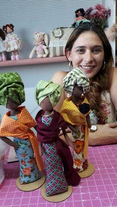 Discover thousands of images about Eu Amo Artesanato: Boneca Africana com molde African Dolls, Sewing Dolls, Waldorf Dolls, Dollhouse Dolls, Soft Dolls, Doll Crafts, Craft Stick Crafts, Fabric Dolls, Doll Face
