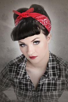 immagine-filtro-retrò-donna-capelli-neri-fragia-fascia-rossa-legata-fiocco-camicia-scozzese