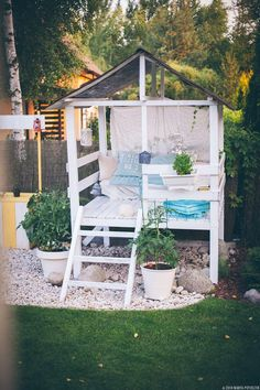 Sweetpotato peachtree modern diy outdoor playhouse tour and how the perfect outdoor reading nook for adults and kids how sweet is this boho hideaway solutioingenieria Image collections