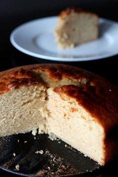 Gâteau au yaourt parfait Pour un moule de 20cm de diamètre: 200g de sucre 3 oeufs 2 yaourts (250g) 240g de farine (de gruau ou t55) 1 cuillère à café de levure 100g de beurre salé fondu 1 cuillère à café d'essence de citron 1 cuillère à soupe d'arôme de vanille liquide four à 180°C. Battre sucre/oeufs jq'à blanchiment. Ajouter farine, levure, yaourts. Terminer avec beurre fondu, citron vanille. 40 minutes Laisser le gâteau refroidir et dégustez-le à t° ambiante.