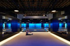 Adhering to the belief that no one looks good when lit only from above, De Cárdenas integrated light panels throughout the studio. A skylight above the stage and lights on the skirting boards along the perimeter add to the moody illumination.