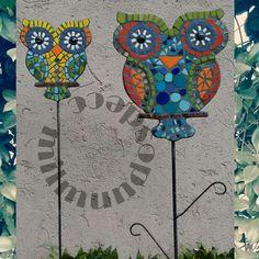 En este otoño, da vida a tu jardín con estos tutores súper coloridos! Búhos, mandalas y mariposas  en distintos tamaños y diseños.  Tutores Búho!  #milmundos #milmundosdeco #fabricadecosaslindas #mosaiquismo #buho #tutores #jardindecor #decogarden #decojardin #jardín #garden Mosaic Tray, Mosaic Tile Art, Mosaic Crafts, Mosaic Projects, Mosaic Glass, Mosaic Animals, Mosaic Birds, Mosaic Designs, Mosaic Patterns