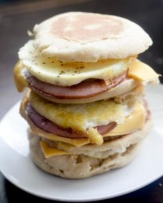 Freezer Breakfast Sandwiches - 3 Smart Points - Recipe Diaries - Easy Make-Ahead Freezer Breakfast Sandwiches – 3 Weight Watchers SmartPoints Frozen Breakfast, Best Breakfast, Breakfast Recipes, Breakfast Casserole, Breakfast Ideas, Breakfast Bowls, Mexican Breakfast, Breakfast Healthy, Weight Watchers Breakfast