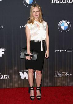 Pin for Later: Si Vous Pensiez Que les Oscars Étaient Glam, Attendez de Voir Ces Looks Jennifer Jason Leigh