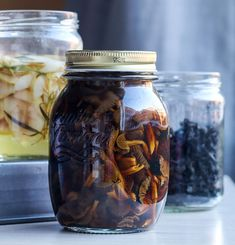 Soy pickled funnel chanterelles inspired by Momofuku. This sweet savory mushroom pickle is perfect accompaniment to Asian style soups, noodles, and sandwiches. | by Maikin mokomin #vegan
