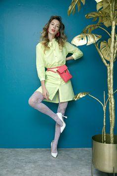 Camisero de rayas Vilagallo, medias lilas de flores Oroblu, estiletos blancos Steve Madden, bolsa crossbody rosa  y aretes geométricos naranjas That´s It.