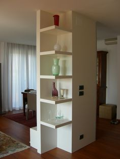Oltre di Cucine Lube è una parete/libreria realizzata con ...