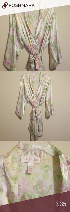 Oscar de la rent a pink label Satan robe Oscar de la rent a pink label Satan robe. Size large extra large, this is new without tags. It is a white satin with purple, pink, green And yellow floral pattern. Oscar de la Renta Intimates & Sleepwear Robes